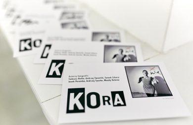 """zdjęcia rozłożonych broszur o wystawie """"Kora"""""""