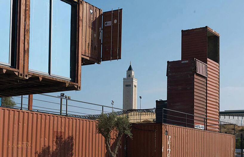 inne ujęcie zzewnątrz na pocięte kontenery