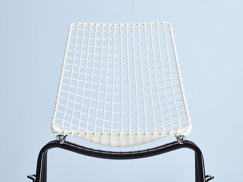 czarno-białe krzesło zsiatkowym oparciem