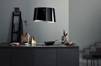 ciemna kuchnia z wyspą i dużą czarną lampą wiszącą