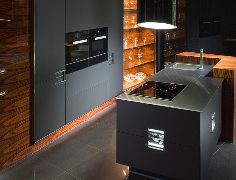 kuchnia premium od ernestrust szare meble iotoczone drewnem zprzeszkolonymi szafkami na szklane naczynia