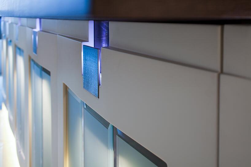 kuchnia premium od ernestrust fioletowe podświetlenie wyjątkowych uchwytów