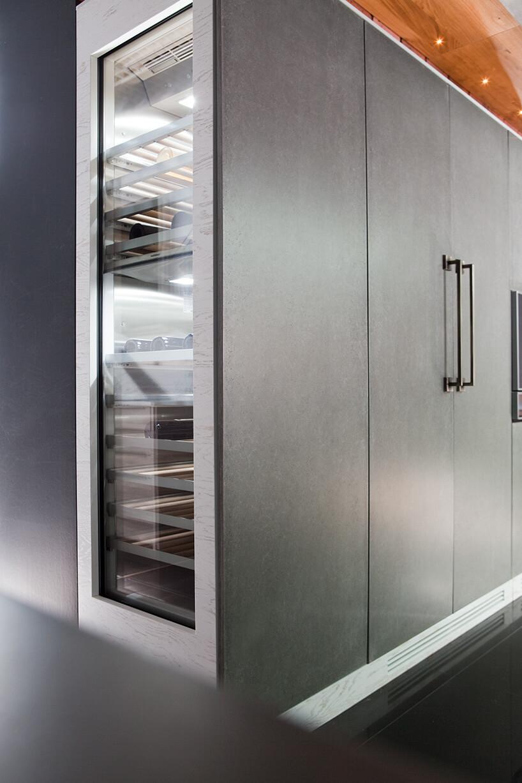 kuchnia premium od ernestrust wysoka szara zabudowa kuchenna zprzeszkloną chłodziarką na alkohole