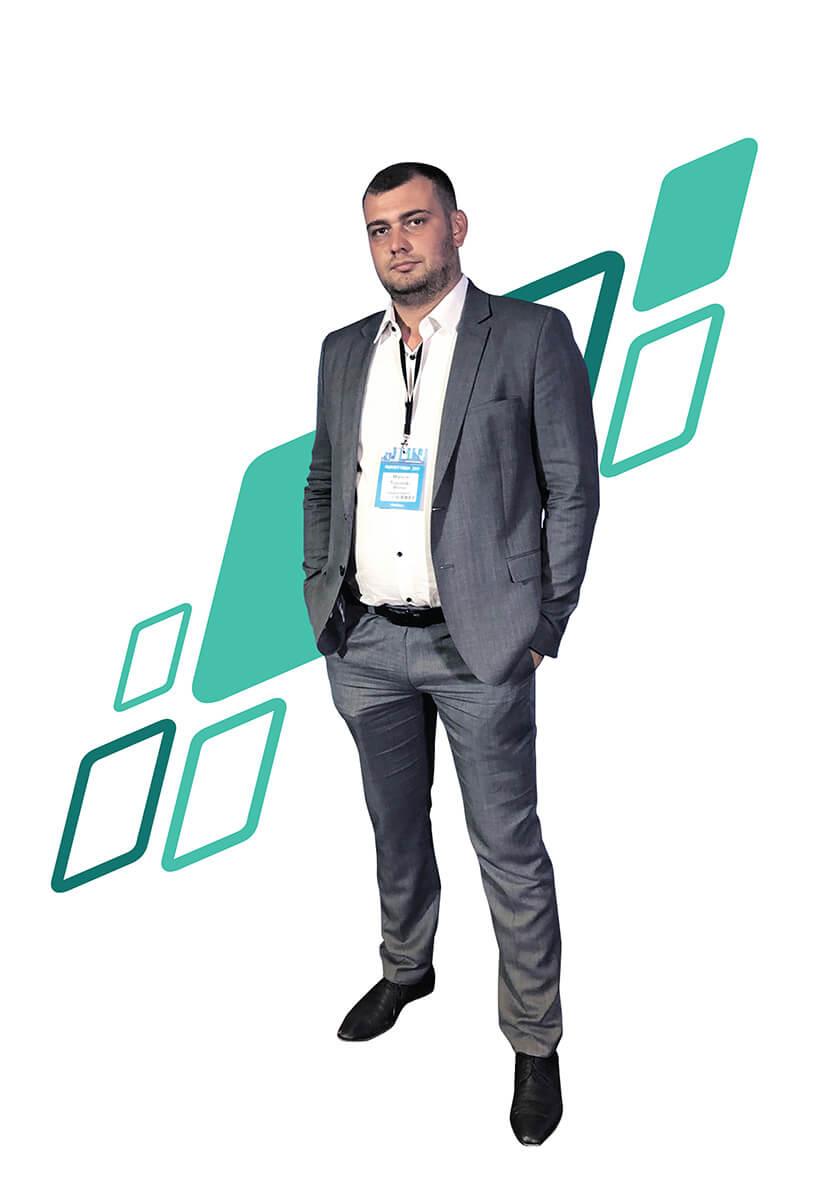 prezes firmy emirror mirror investment na białym tle zzielonymi trapezami