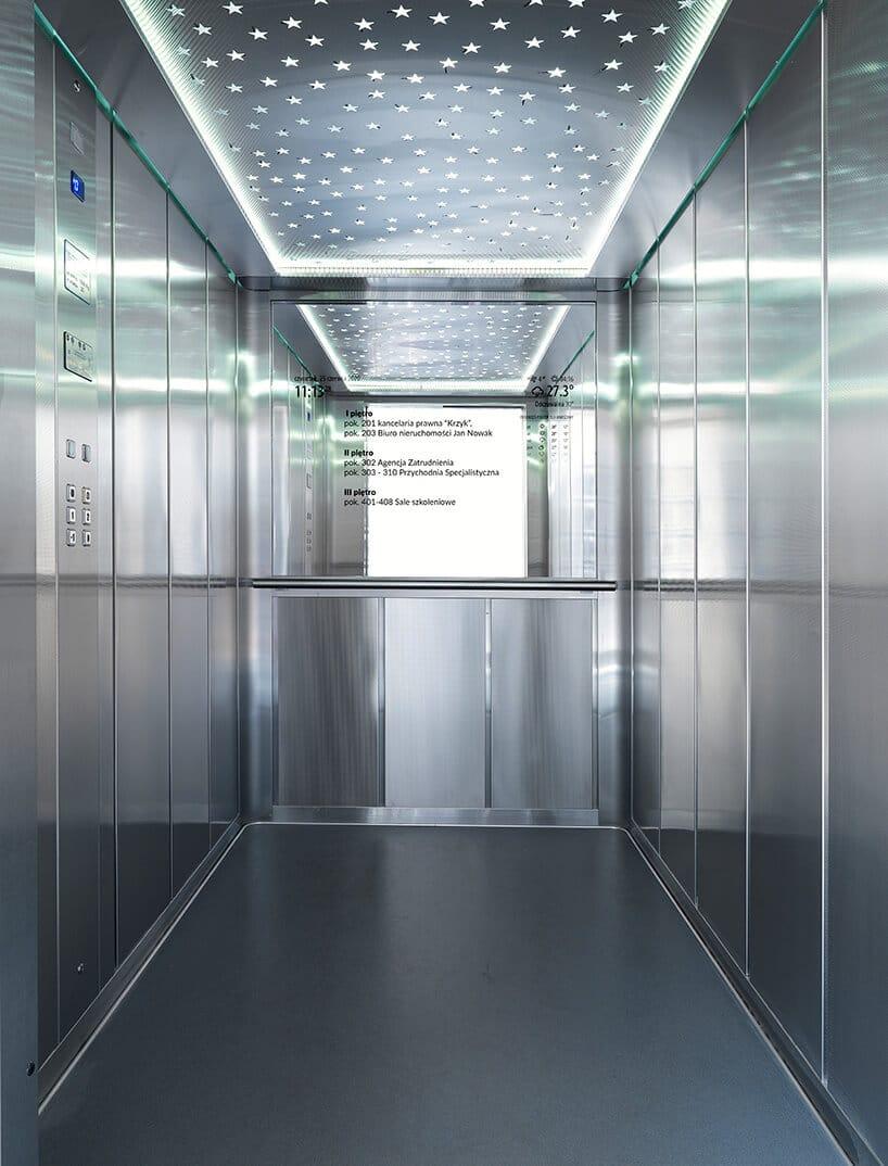 winda ze stali nierdzewnej zlustrem wyświetlającym informację