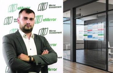 prezes firmy emirror mirror investment ze swoim inteligentnym lustrem
