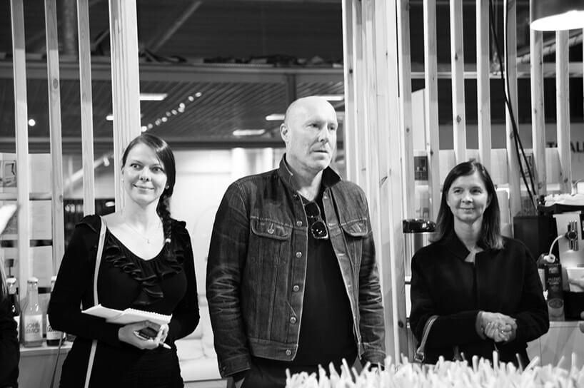 Christophe Pillet stojący pomiędzy dwoma kobietami