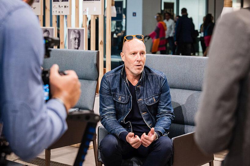 Christophe Pillet siedzący na fotelu