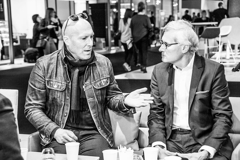 dwóch mężczyzn podczas rozmowy
