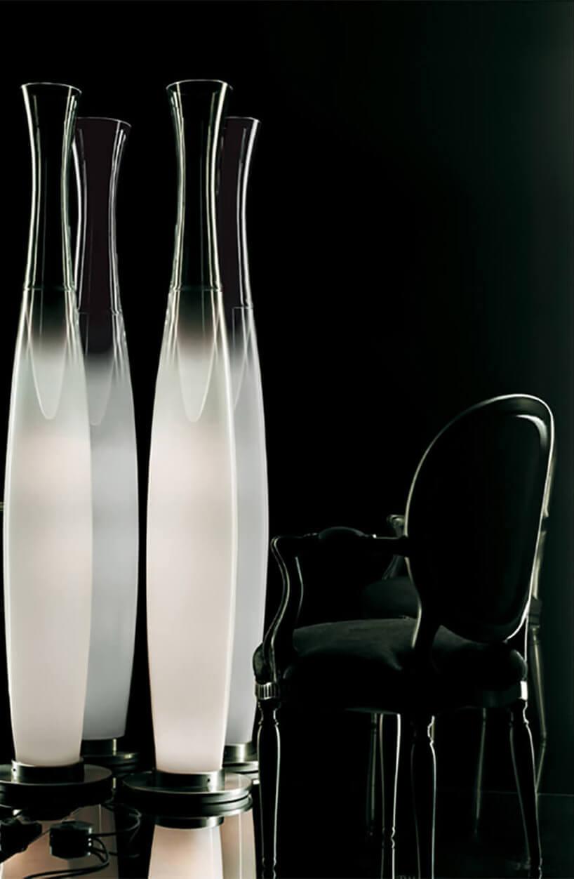 wysokie szklane lampy