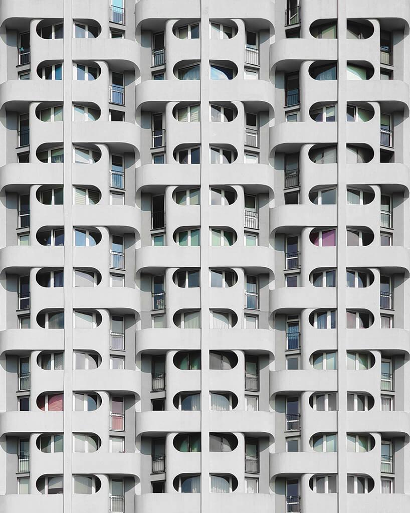 zdjęcie szarego bloku zwyjątkowymi balkonami opół okrągłymi elementami osłon okien