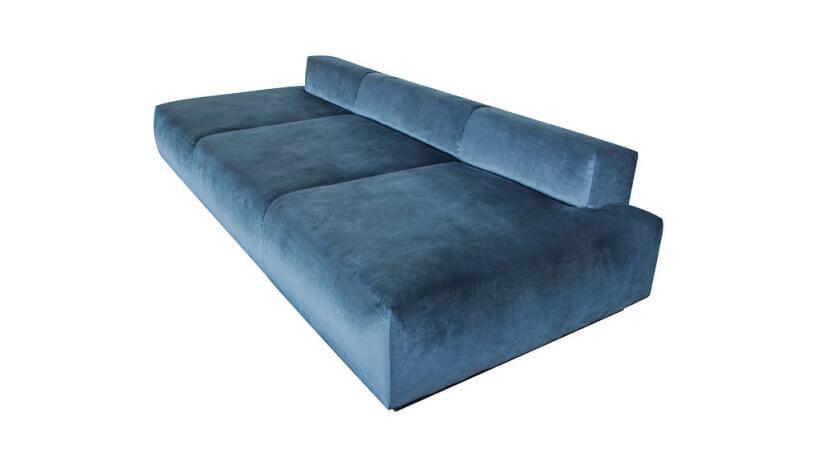 błękitna sofa stojąca bokiem