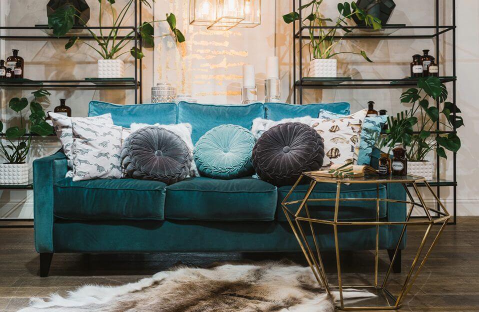 seledynowa sofa z okrągłymi poduszkami