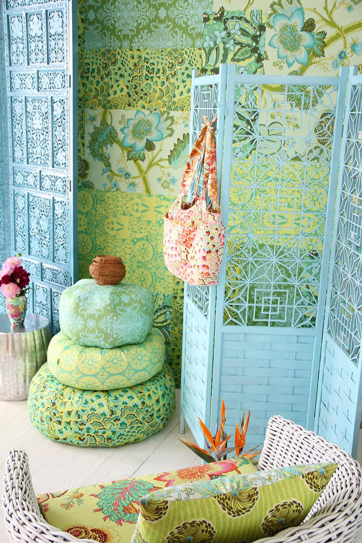 siedziska, torba, parawan we wzorzystych jaskrawyc kolorach