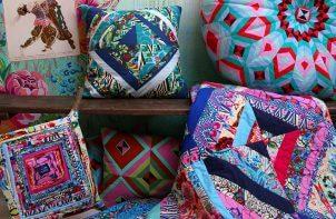 poduszki w mocnych kolorach i wzorach