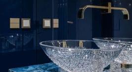 kryształowa umywalka ze złotym kranem wlazurowej łazience