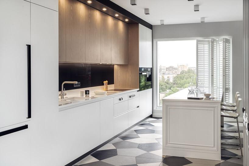 białą kuchnia zdużym oknem