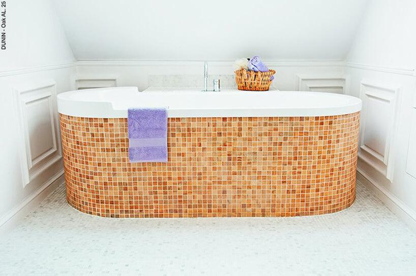 duża wanna zabudowana pomarańczową mozaiką