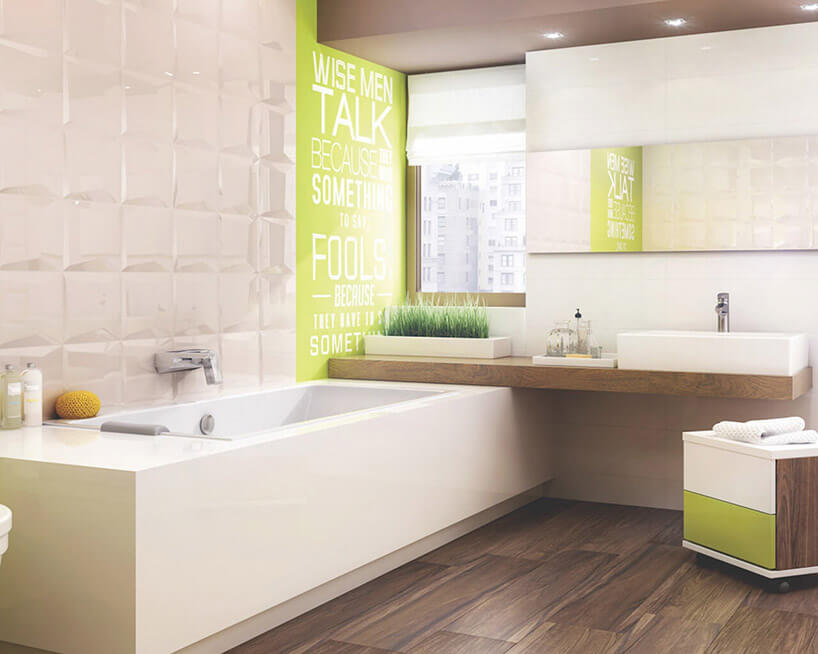 duża wanna wjasnobrązowej łazience zzielonymi akcentami