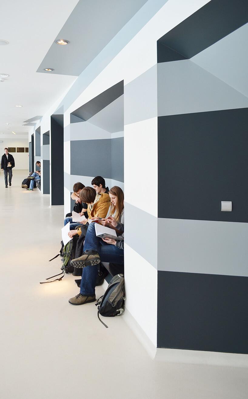 nowoczesny hol ze studentami