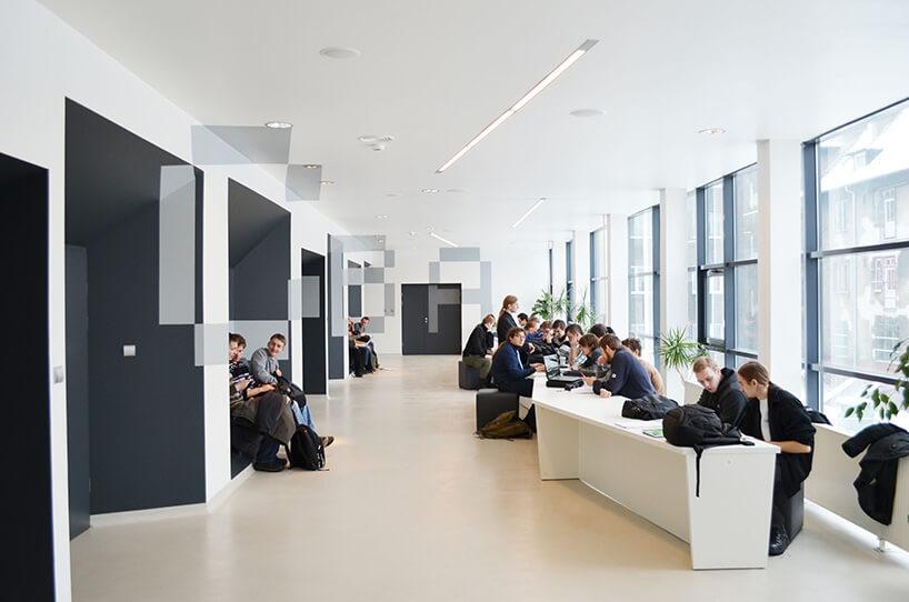 nowoczesny korytarz zszarymi ścianami