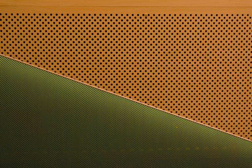 bronz zkropkami izielona materiałowa ściana