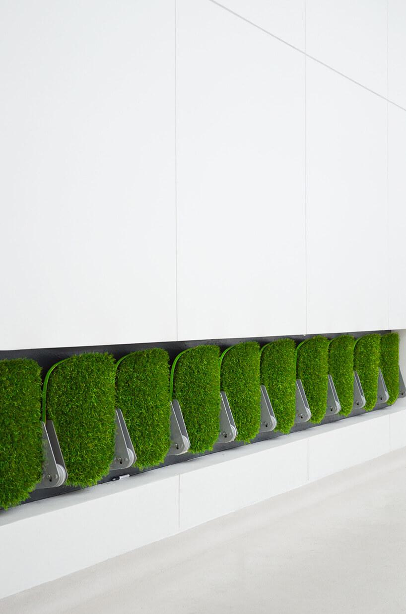 zielone siedziska zsztucznej trawy