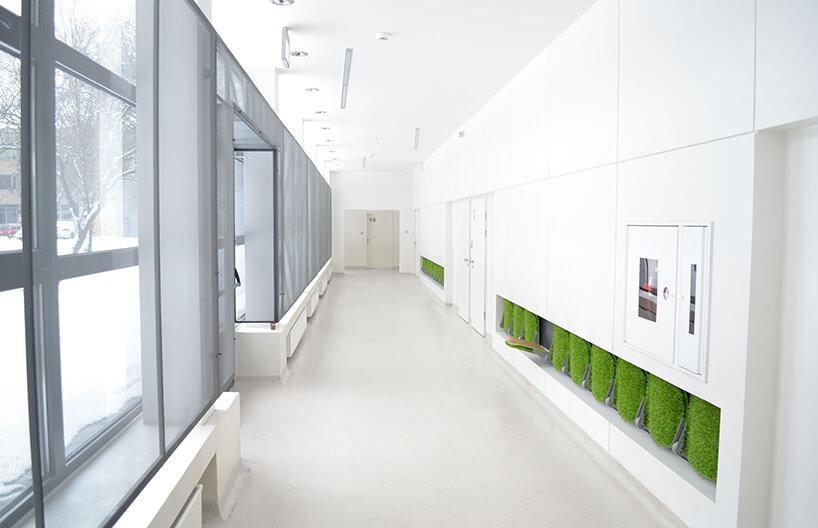 korytarz zzielonymi siedziskami