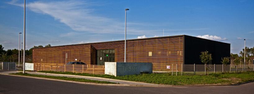 nowoczesny brązowy budynek firmowy