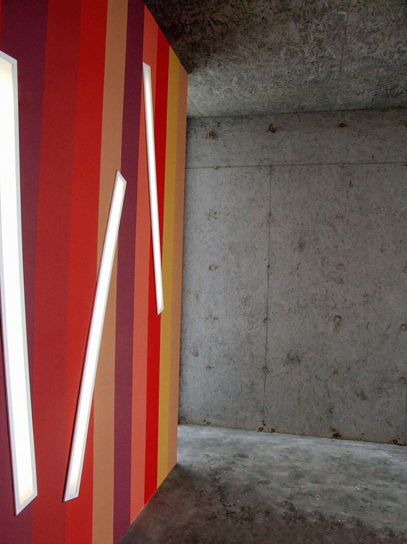 beton na ścianie oraz czerwono fioletowo żółte pasy