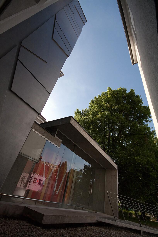 wejście do budynku zdużą wnowoczesnym stylu szybą