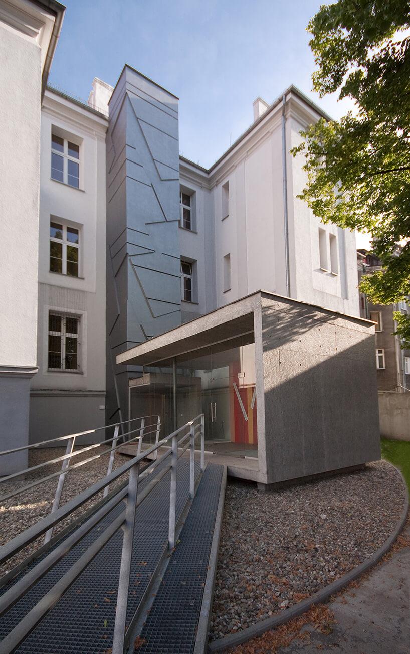 szare wejście do budynku zkilkoma kolorami
