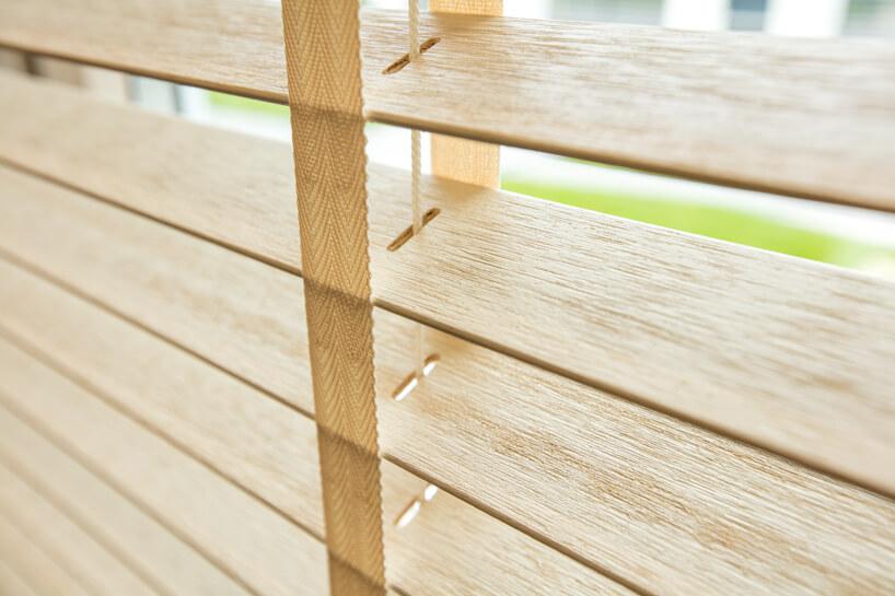 drewniane żaluzje okienne Anwis wjasnym kolorze zblisla