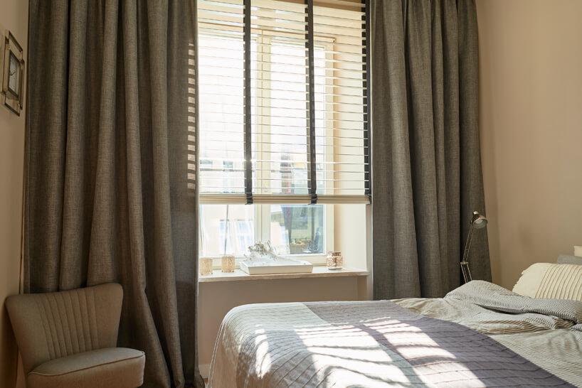 drewniane żaluzje okienne Anwis jasnej sypialni