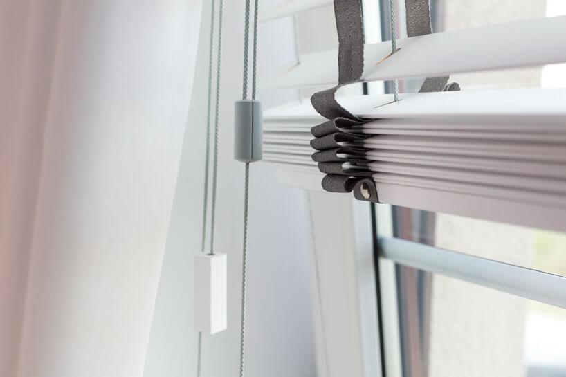 drewniane żaluzje okienne Anwis wbiałym kolorze zzbliska