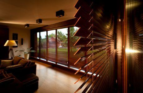 drewniane żaluzje okienne Anwis w salonie