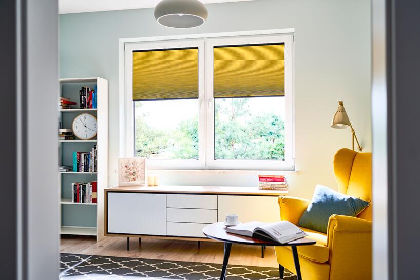 nowoczesne plisowane żółte żaluzje okienne od ANWIS wnowoczesnym młodzieżowym białym pokoju
