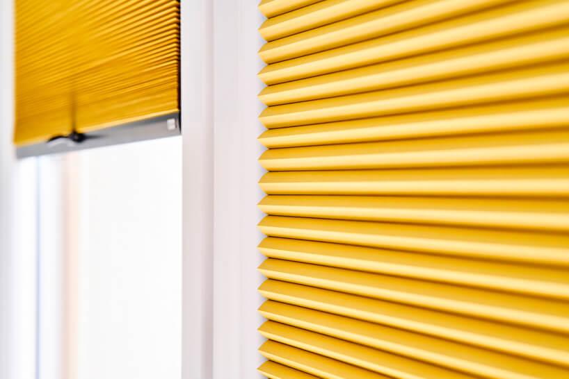 nowoczesne plisowane żółte żaluzje okienne od ANWIS zbliska