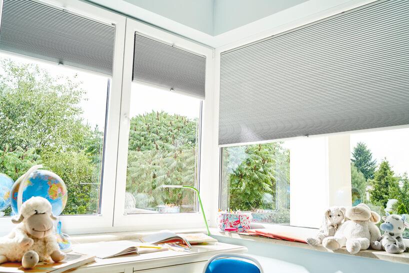 nowoczesne plisowane szare żaluzje okienne od ANWIS wjasnym pokoju dziecięcym