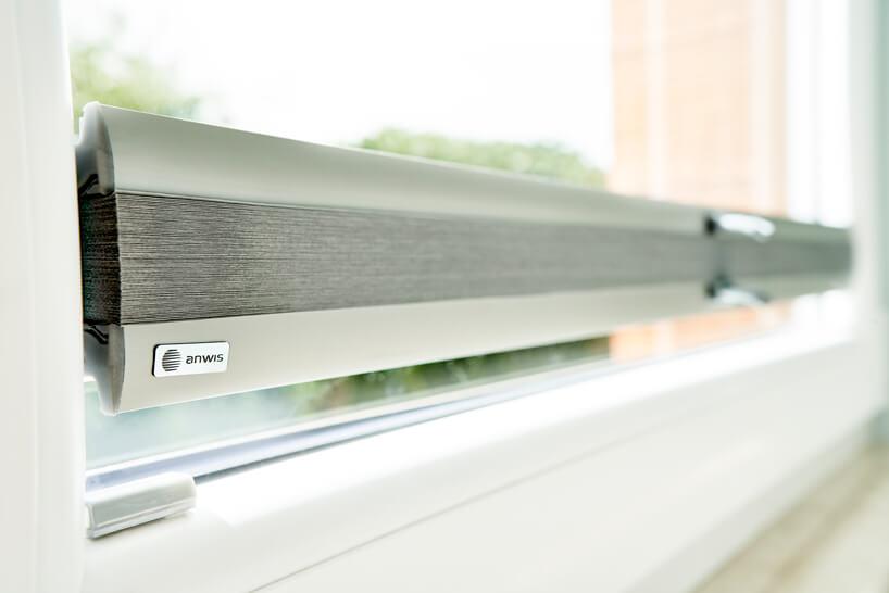 nowoczesne plisowane szare zwinięte żaluzje okienne od ANWIS zbliska