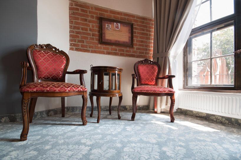 drewniane krzesła zczerwonym obiciem wstarym zamku