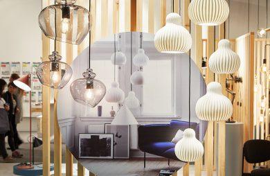 ekspozycja z lampami wiszącymi z owalnymi kloszami