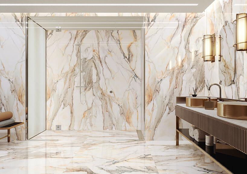 elegancka łazienka zkamiennych jasnych płyt na ścianach ipodłodze