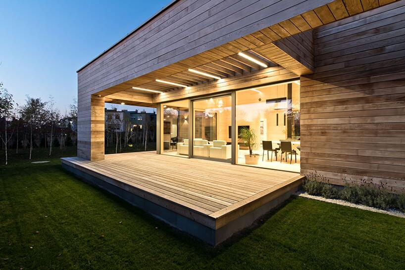 elegancki drewniany taras wparterowym nowoczesnym domu
