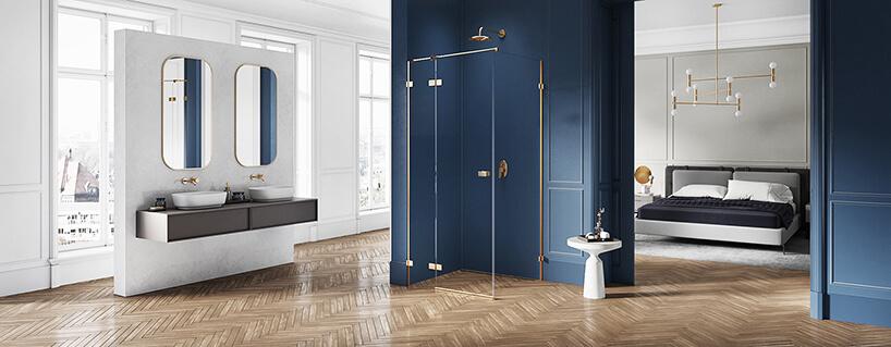 elegancka łazienka zniebieskim natryskiem ze złotymi akcentami