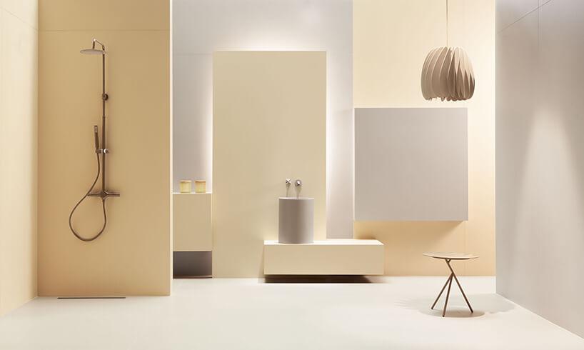 elegancka łązienka wbiałym ikremowym kolorze zpodświetleniem za ściankami