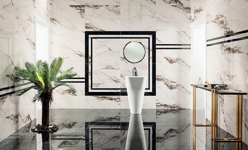 elegancka łązienka zpodłogą zczarnych kamiennych płytek na tle kamiennych białych ścian
