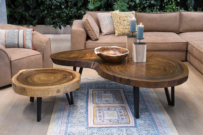 stoliki kawowe wkształcie pieńka drzewa przy pudrowych kanapach