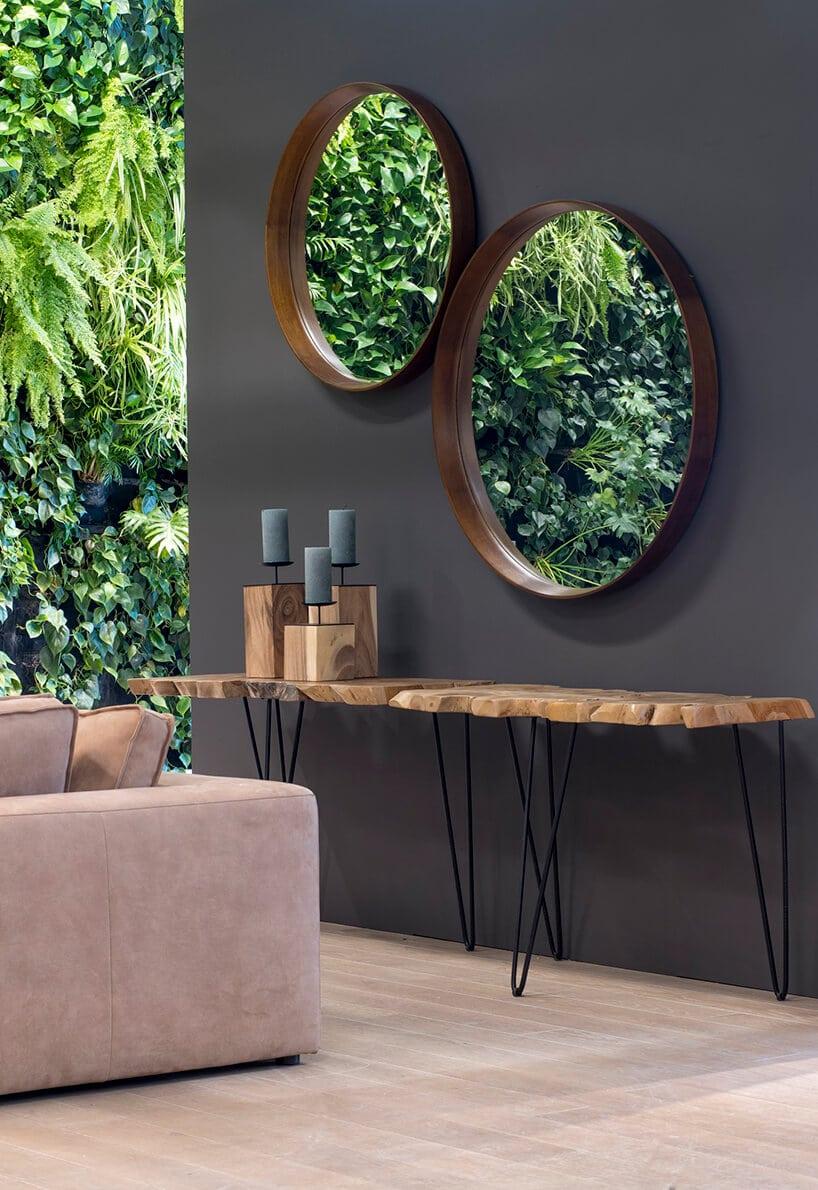 półki zawieszone na szarej ścinaie zokrągłymi lustrami na ścianie
