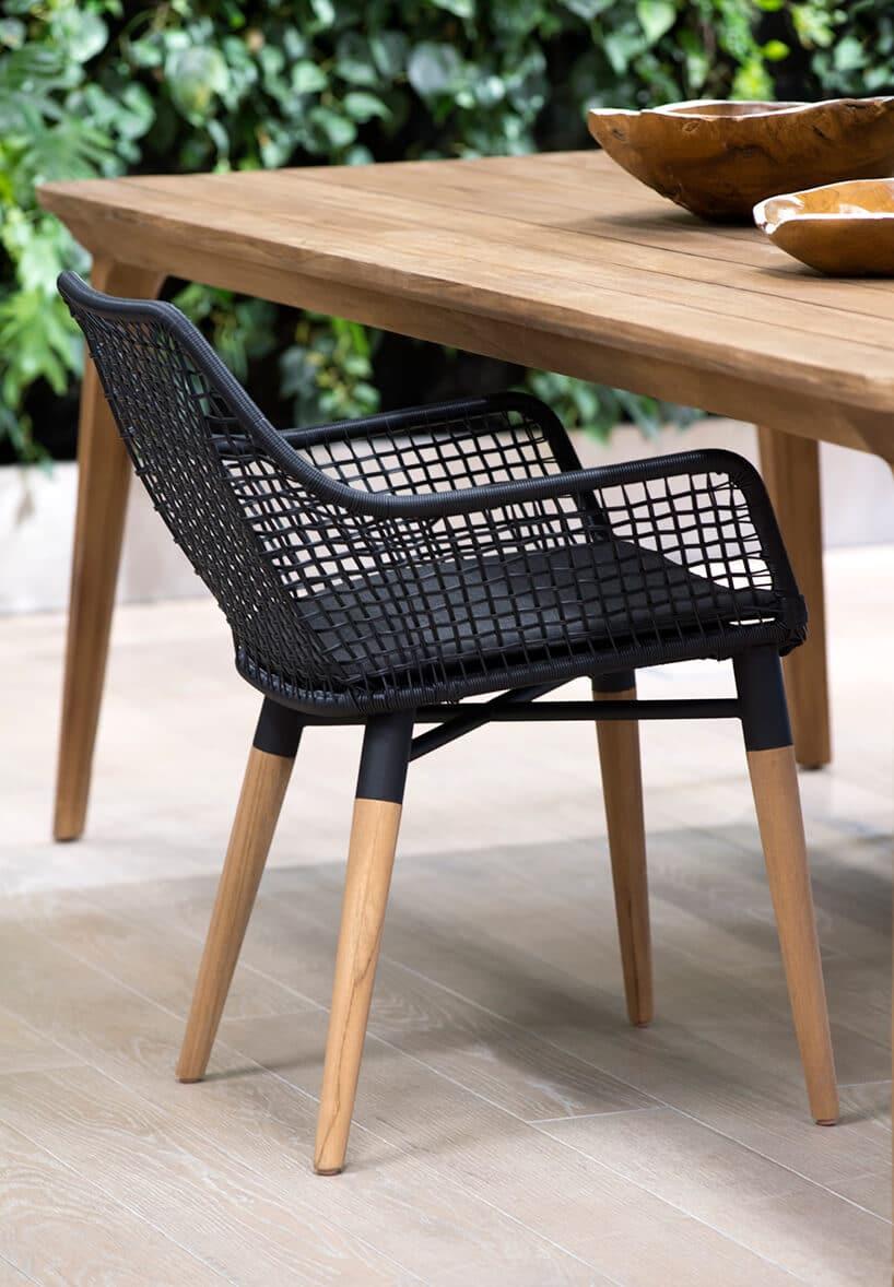 czarne siatkowe krzesło na drewnianych nogach